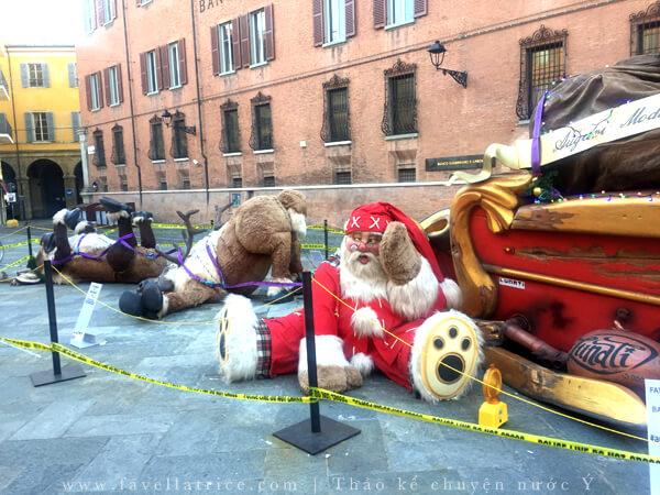 Ông già Nô en trên quảng trường Modena Ý